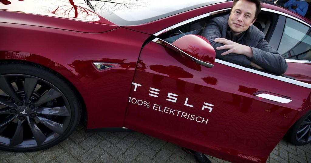 Tesla-Gründer Elon Musk an einem Tesla Model S