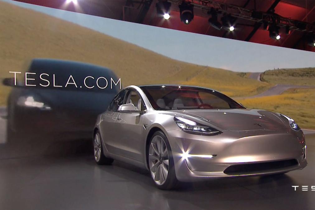 Tesla Model 3 silber Front und Seite 2016