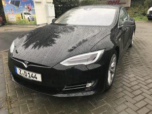 Tesla-Model-S-Regen-schwarz-Facelift